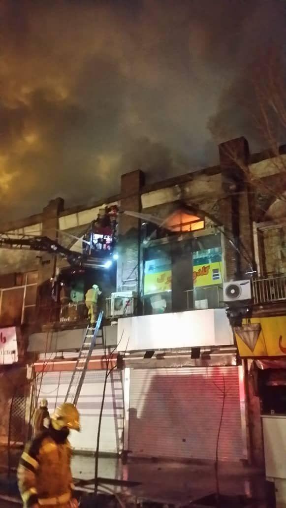 آتش سوزی گسترده در انبار لباس در چهارراه استانبول+ فیلم