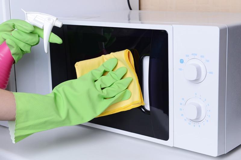 ترفندهای آسان برای تمیز کردن مایکروفر