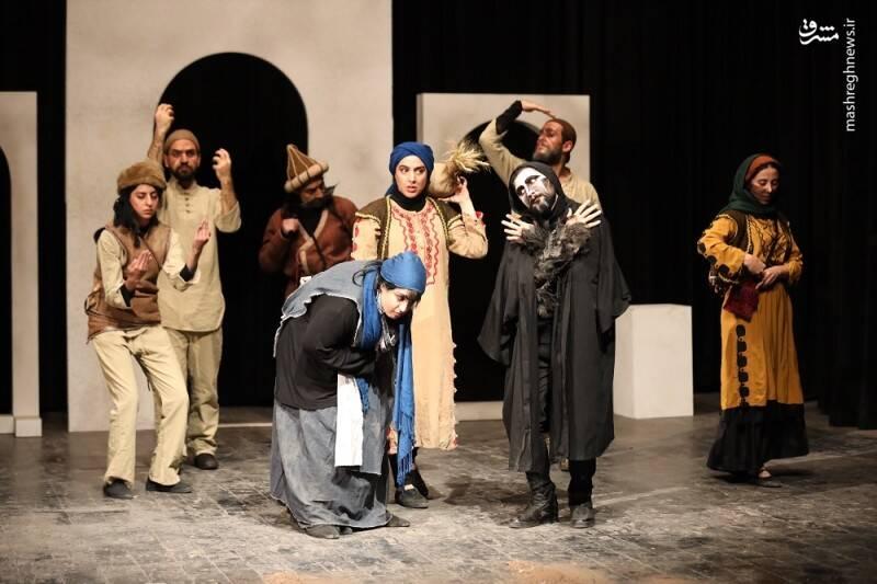 ترویج ابتذال در قالب نمایش هنری/وقتی شاعره فرهیخته روی صحنه تئاتر دست رقاصهها را از پشت میبندد! تصاویر