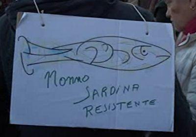 تظاهرات بزرگ ایتالیاییها علیه فاشیسم با طعم ماهی ساردین! + فیلم