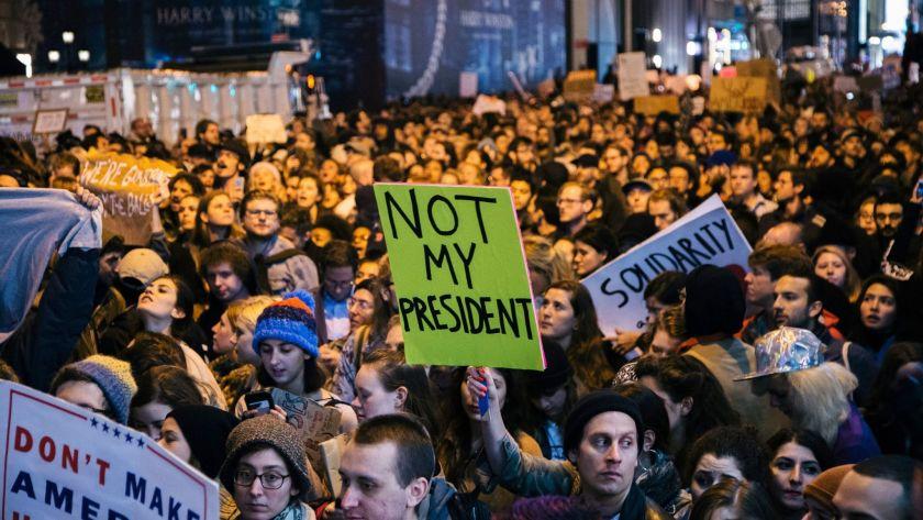 «برخیزید و مقاومت کنید»، شعار آمریکاییهایی که برای استیضاح ترامپ به خیابانها ریختند+ تصاویر