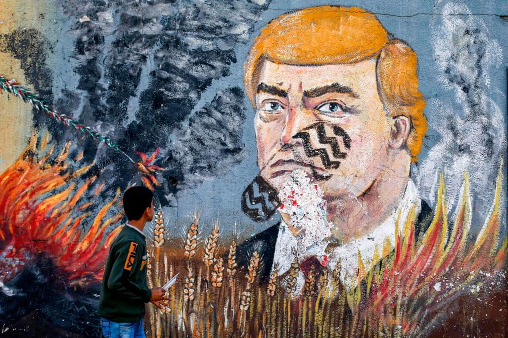 تصاویر روز: از جای کفش روی نقاشی ترامپ در نوار غزه تا تداوم آتش سوزی جنگلی در استرالیا