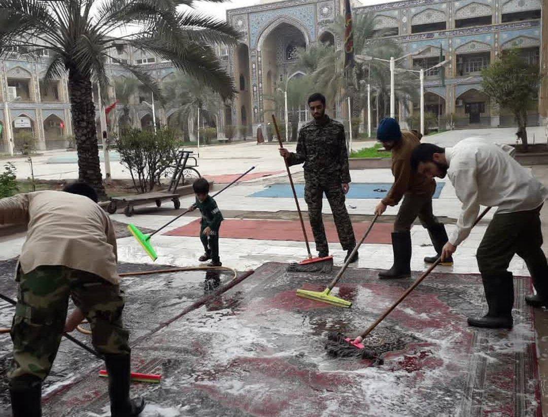 تلاش طلبهها برای شستن فرش مردم کوتعبدالله در حوزه علمیه