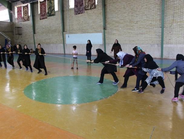 برگزاری مسابقات دارت و طناب کشی به مناسبت هفته بسیج
