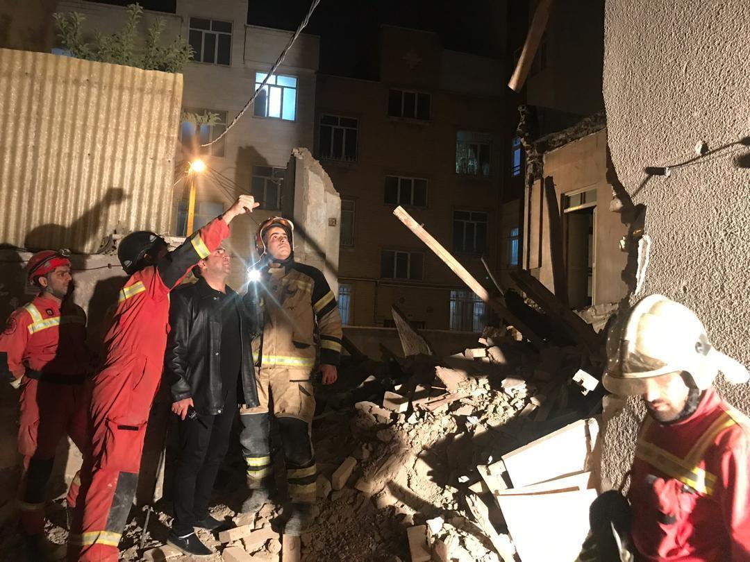 مصدومیت مادر و دختر عابر در پی ریزش آوار ساختمان دچار حریق