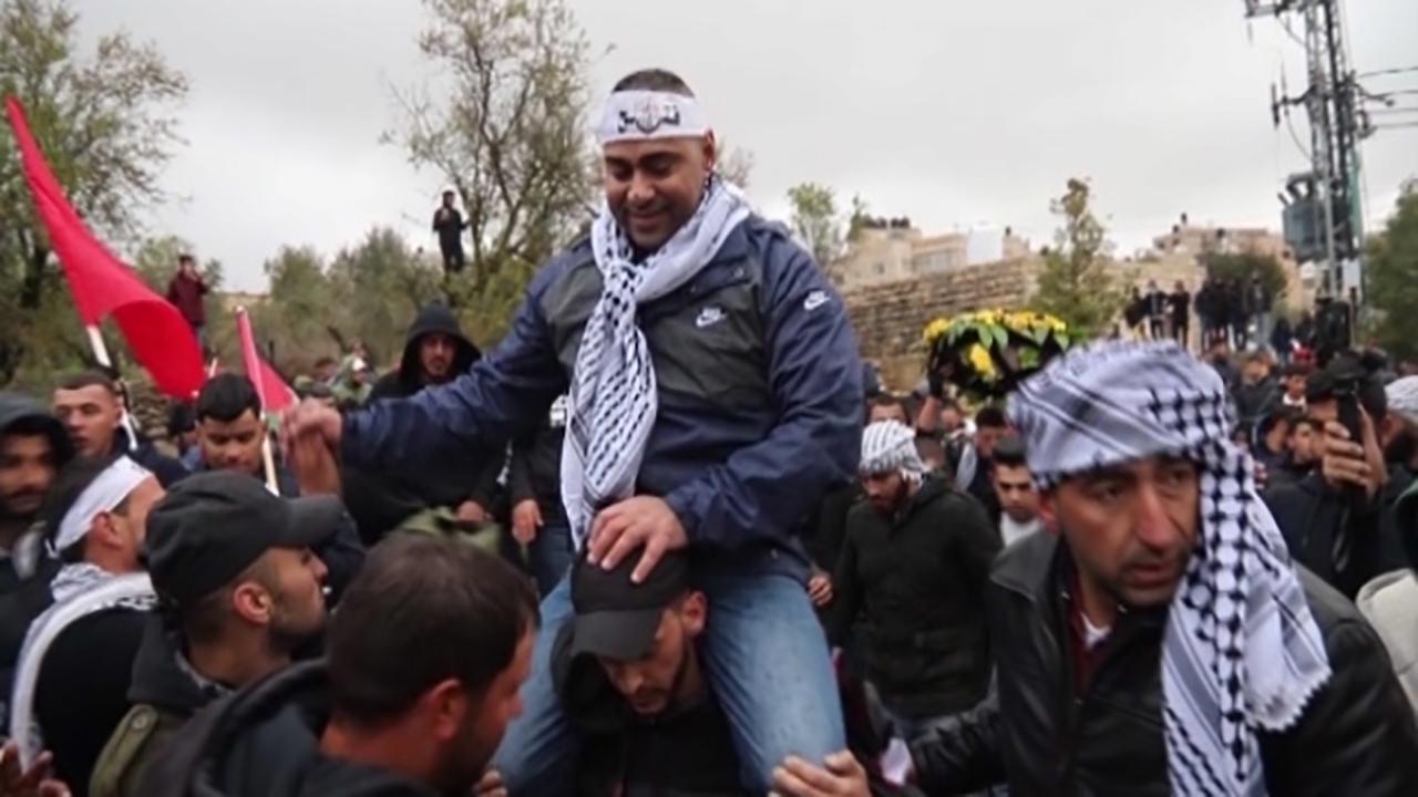 استقبال گسترده مردم فلسطین از یک آزاده پس از 18 سال اسارت + فیلم