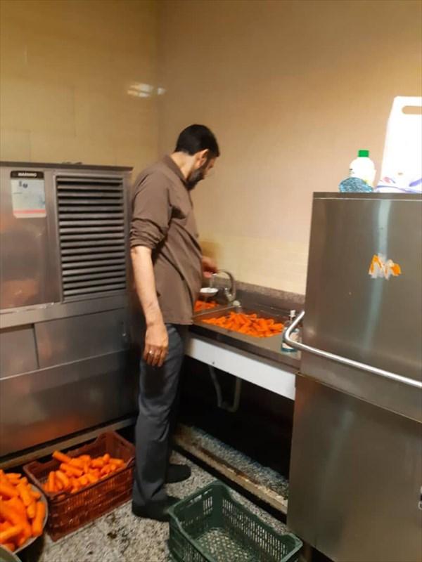 کمک حجتالاسلام رستمی در آبمیوهگیری برای بیماران کرونایی