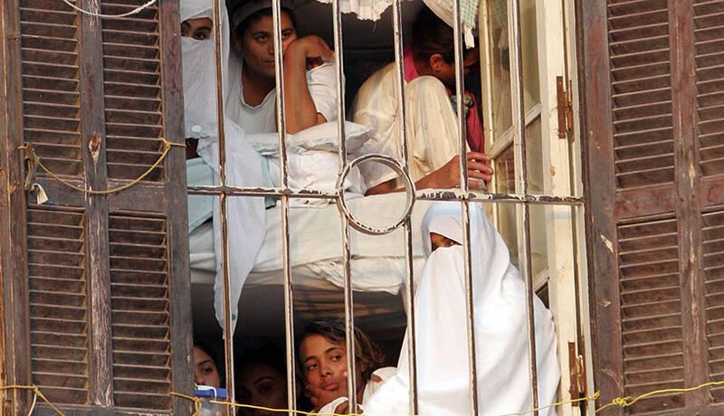 از شکنجه دختران حاکم دبی تا محروم کردن زنان زندانی مصری از پتو! / بلایی که ۶ مرد سعودی بر سر یک زن آوردند + تصاویر
