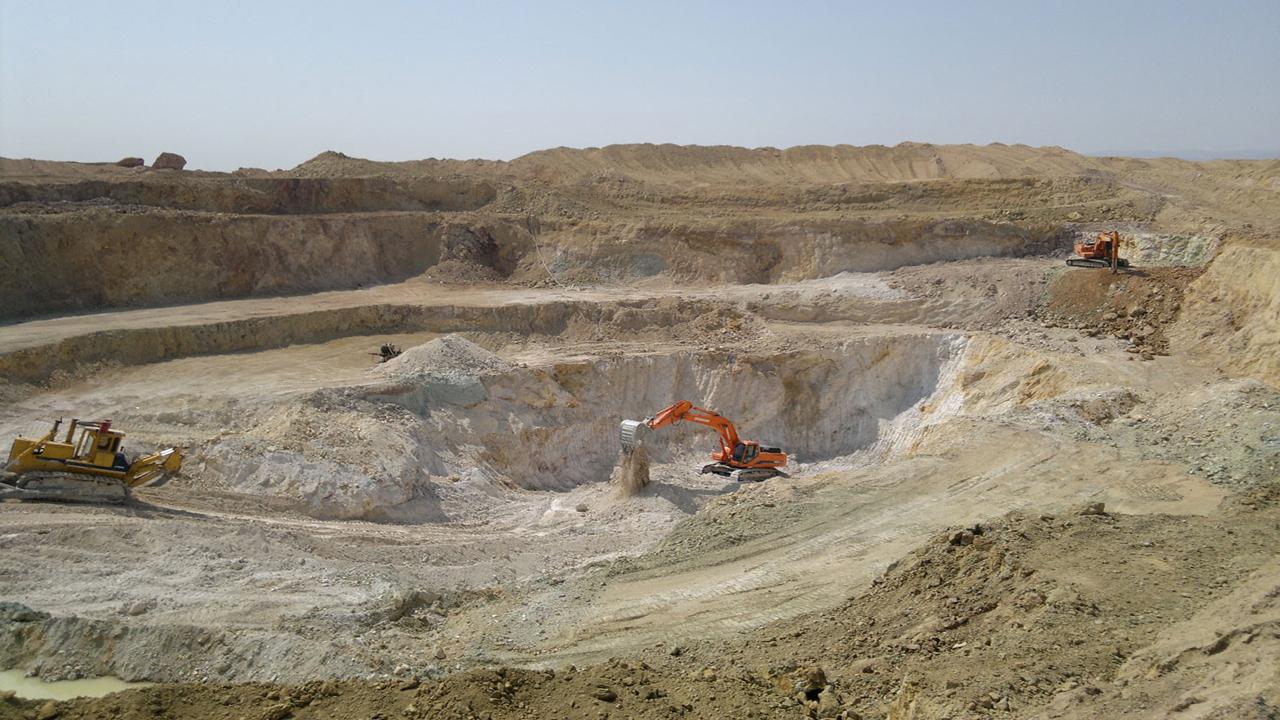 استخراج ۱۰ هزار تن خاک نسوز از بزرگترین معدن غرب آسیا
