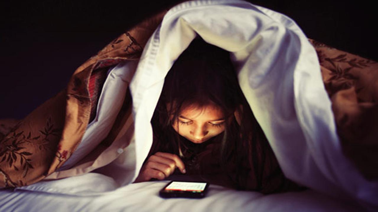 بلاهایی که با استفاده از گوشی قبل خواب به سر خود میآوریم