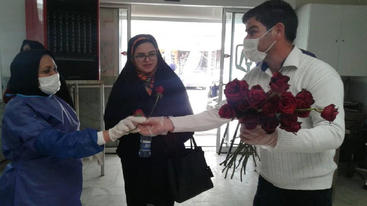 تصاویری از اهدای گل، شهروند خوش ذوق مشهدی به مدافعان سلامت