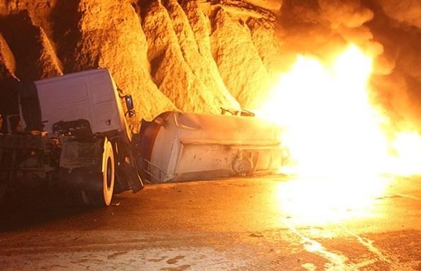 اطفای حریق تانکر سوخت  در محور بندرعباس - سیرجان