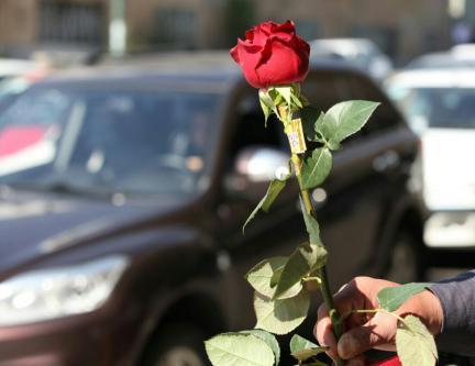 اهدای گل به مراقبین سلامت در مراغه