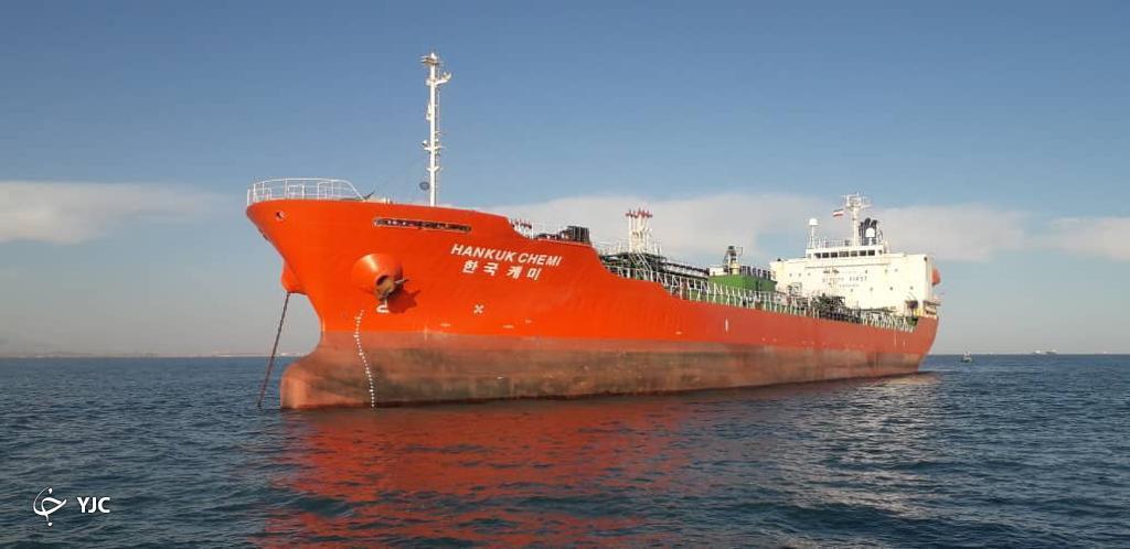 کشتی کرهای در ابتدا به اخطارها بیتوجهی کرد/ ایجاد آلودگی در ۱۱ مایلی تنب بزرگ