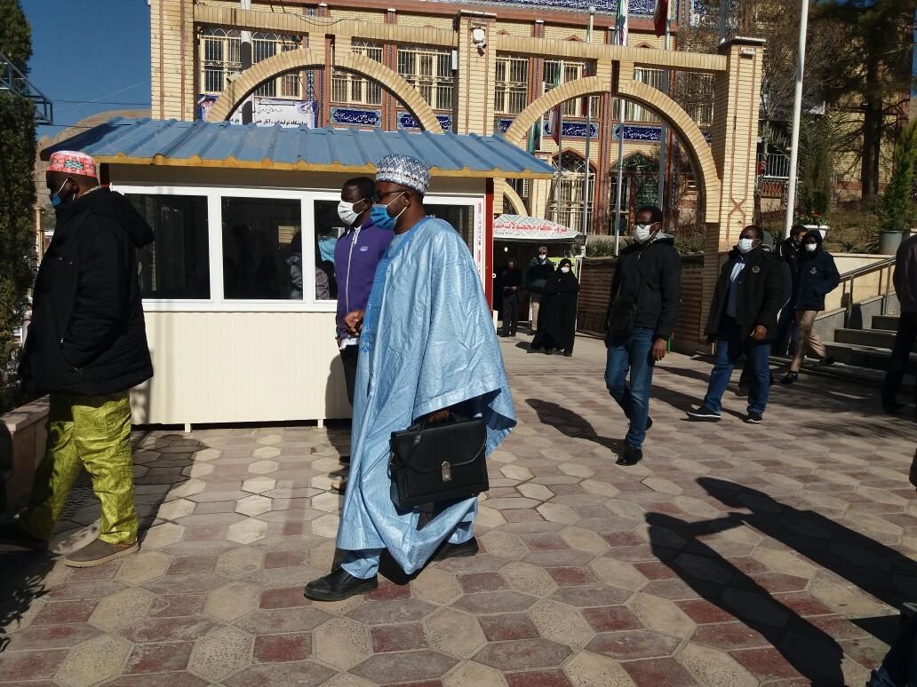 مسافرانی از آفریقا در گلزار شهدای کرمان
