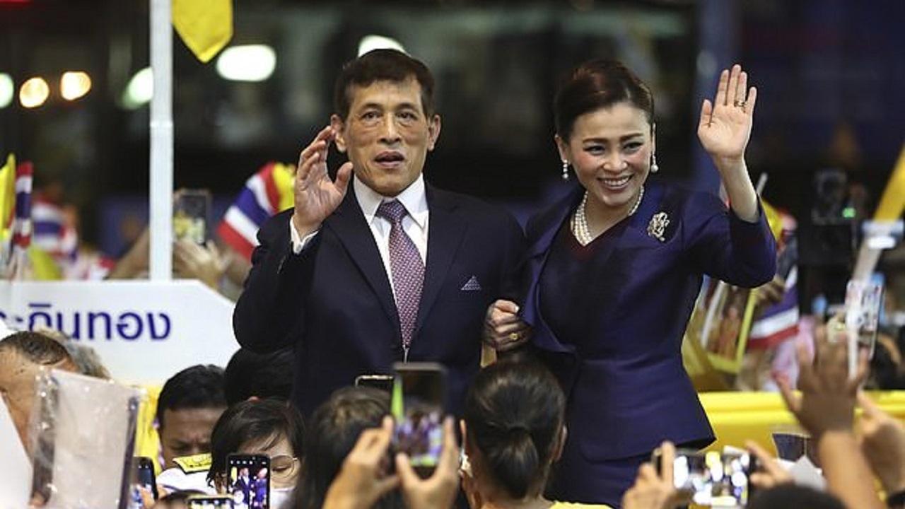 جارو کشیدن پادشاه و ملکه تایلند سوژه رسانه ها شد