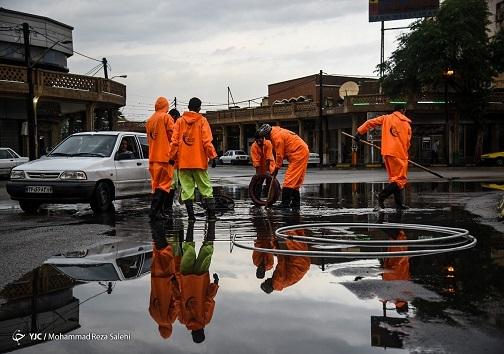 کارگران شهرداری در حال جمع آوری آب ها سطحی