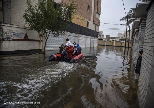 نیروهای امدادی در حال کمک به مردم اسیب دیده از بارندگی در خوزستان