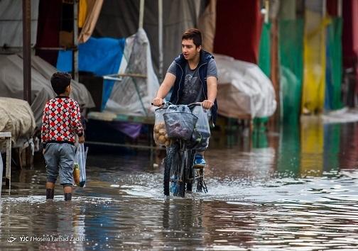 تردد کودکان در محله های آب گرفته ی اهواز