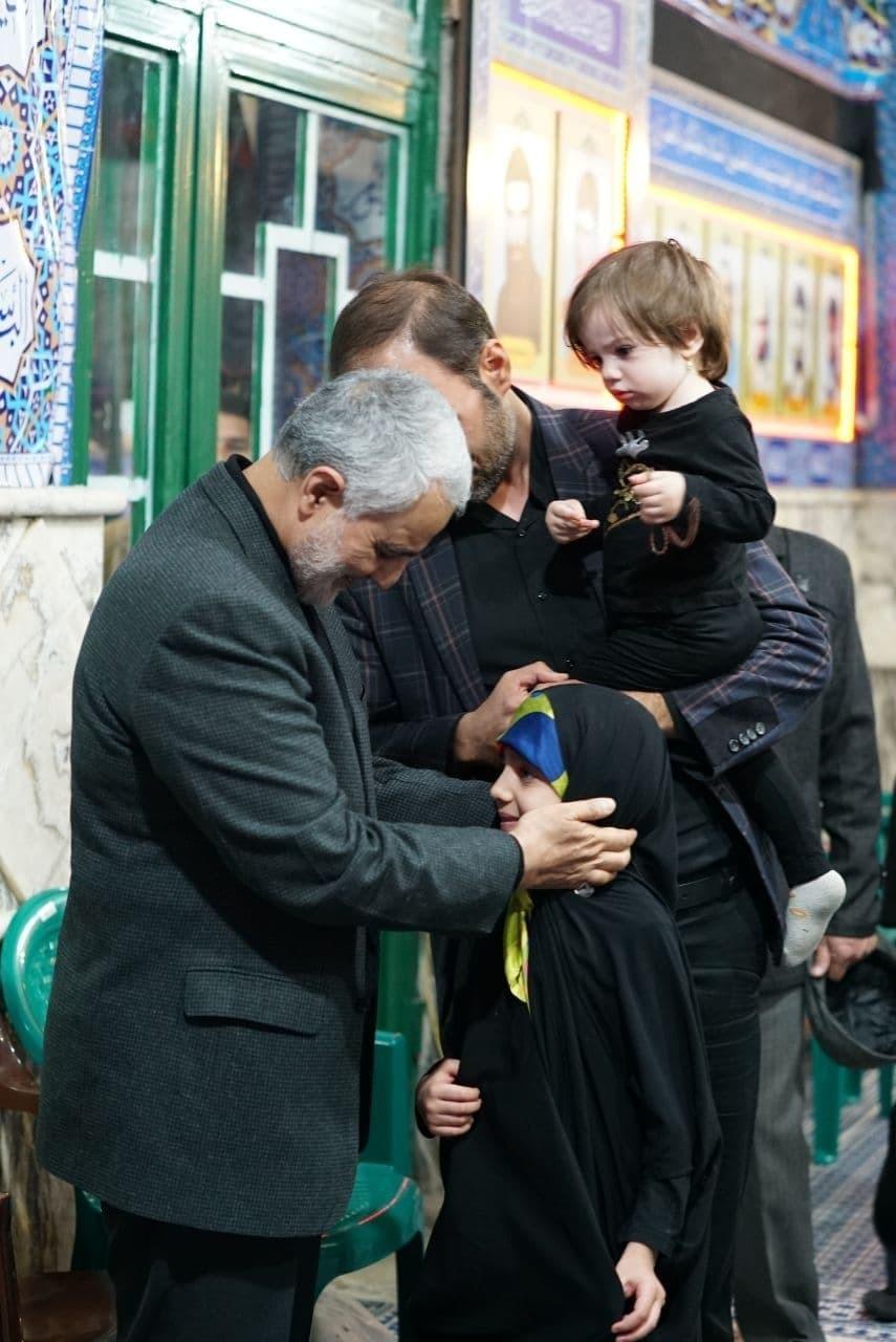 تصاویری دیدنی از ابراز محبت حاج قاسم به کودکان در مراسم حسینیه بیت الزهرا