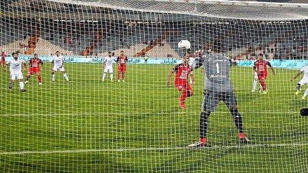 حرکت جالب فوتبالیست برای حفظ دروازه تیم خود + فیلم