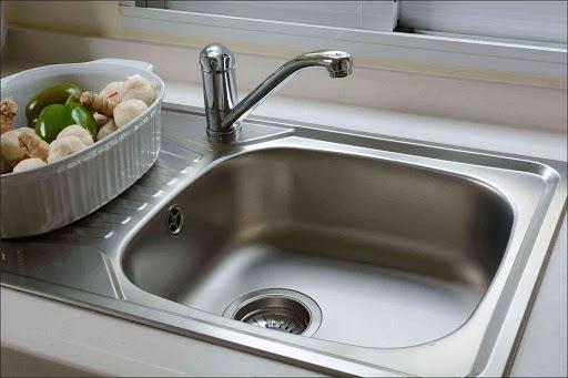 چرا باید جوش شیرین را در سینک ظرفشویی استیل خود بریزید؟