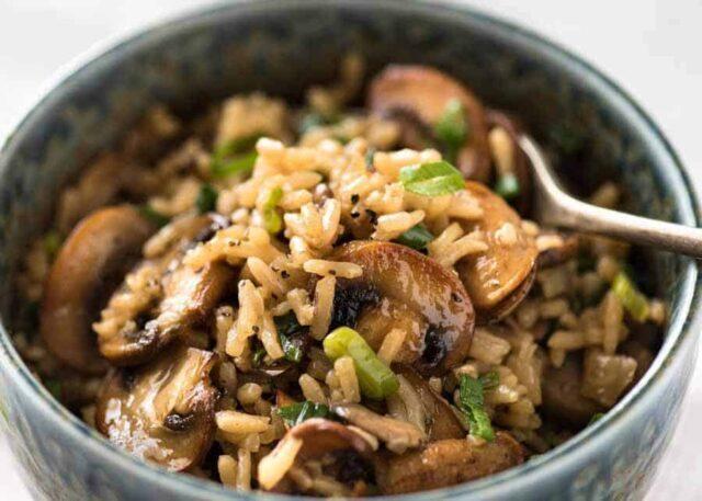 طرز تهیه قارچ پلو خوشمزه به ۳ روش؛ قارچ پلو با گوشت، مرغ و بدون گوشت