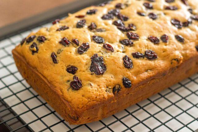 ۲ طرز تهیه کیک کشمشی خانگی در فر و بدون فر در قابلمه