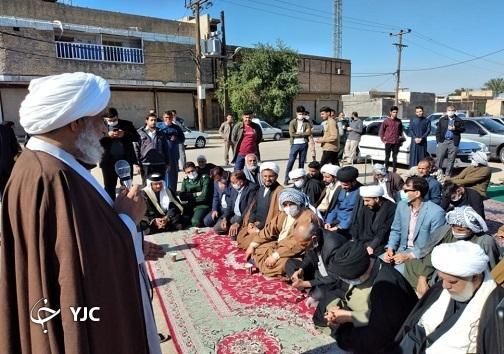 صفوف نماز جماعت در کوی مشروطه سوسنگرد تشکیل میشوند