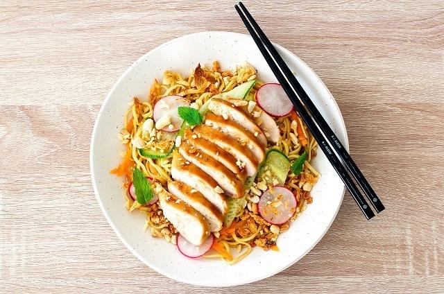 روش آماده کردن خوراک نودل سرخ شده با مرغ و سبزیجات؛ خوشمزه و پرطرفدار
