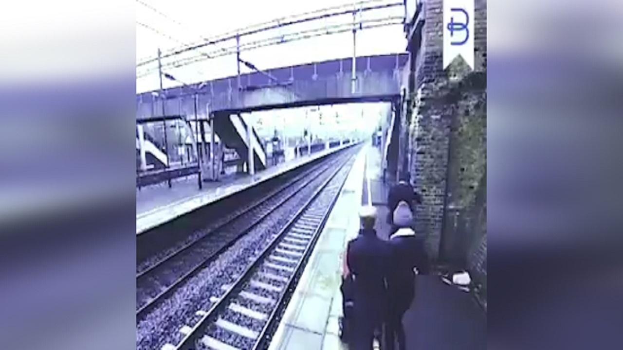 لحظه نجات دادن جان مردی که میخواست خودکشی کند + فیلم
