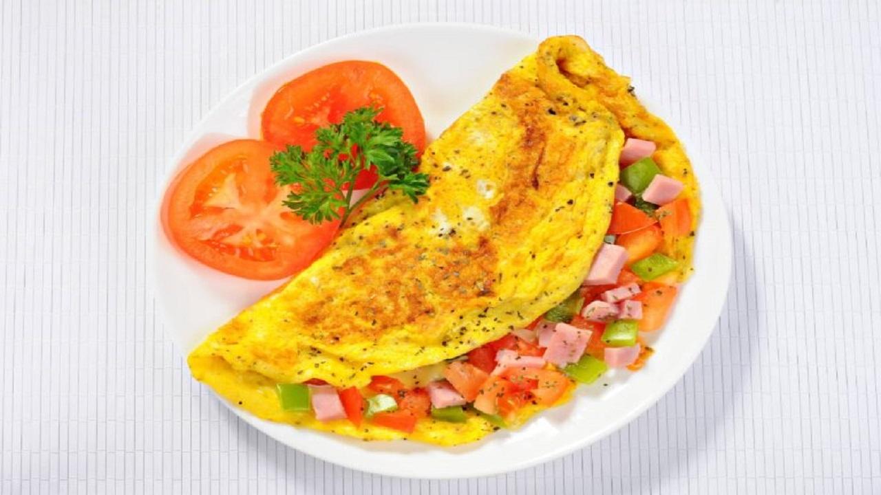 ۲ روش آماده کردن املت مرغ و قارچ با پنیر + املت مرغ و سبزیجات