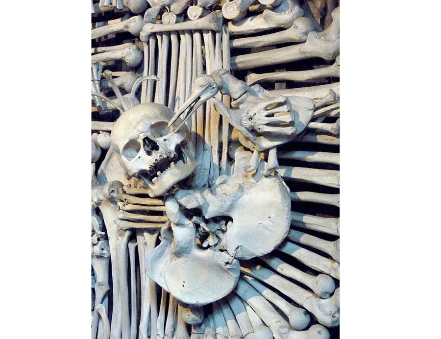کلیسایی که با ۴ هزار جمجمه و استخوان اسکلت انسان تزیین شده است + تصاویر