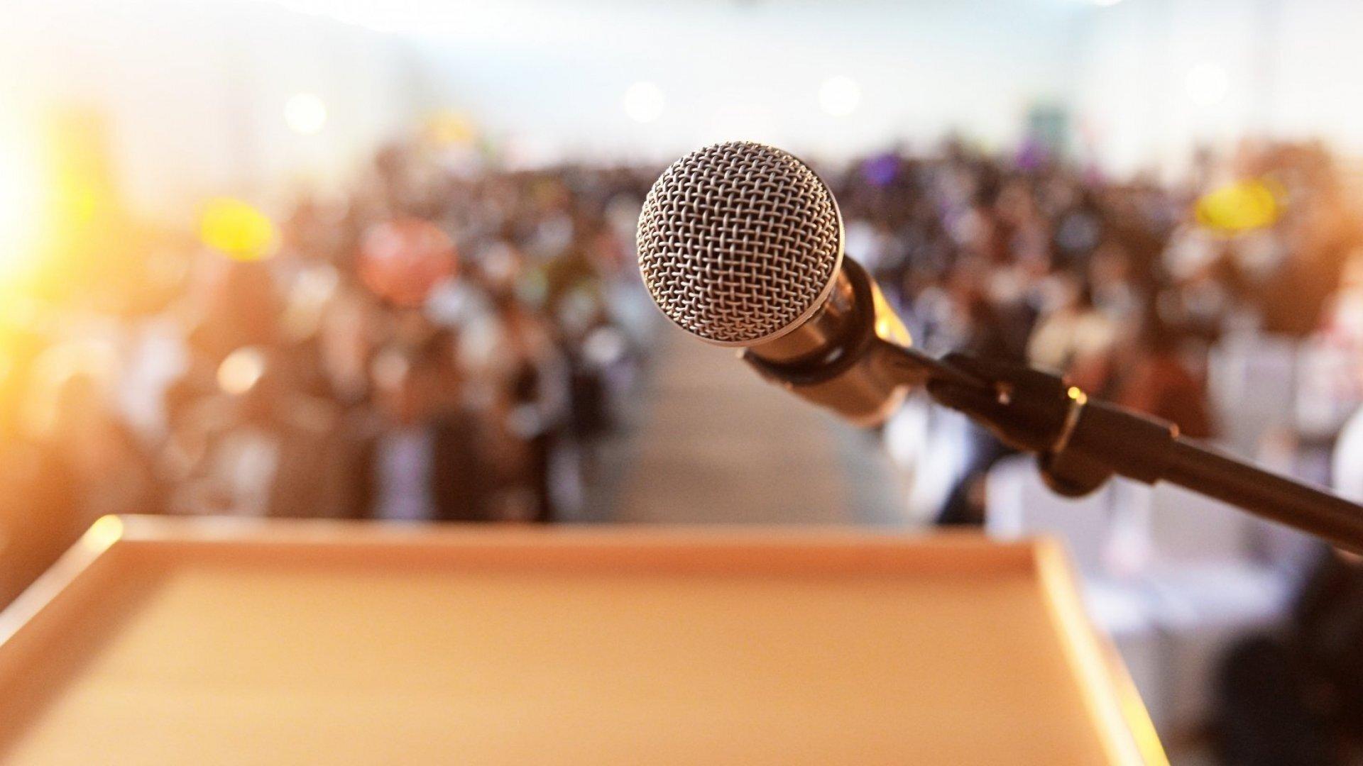 سخنرانی مؤثر در جمع: ۳ راه برای بهبود مهارتهای ارتباطی