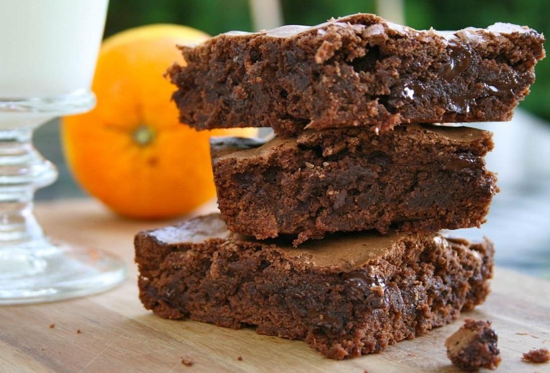 طرز تهیه کیک براونی خیس پرتقال و بادام با سس شکلاتی؛ خوشمزه و خاص