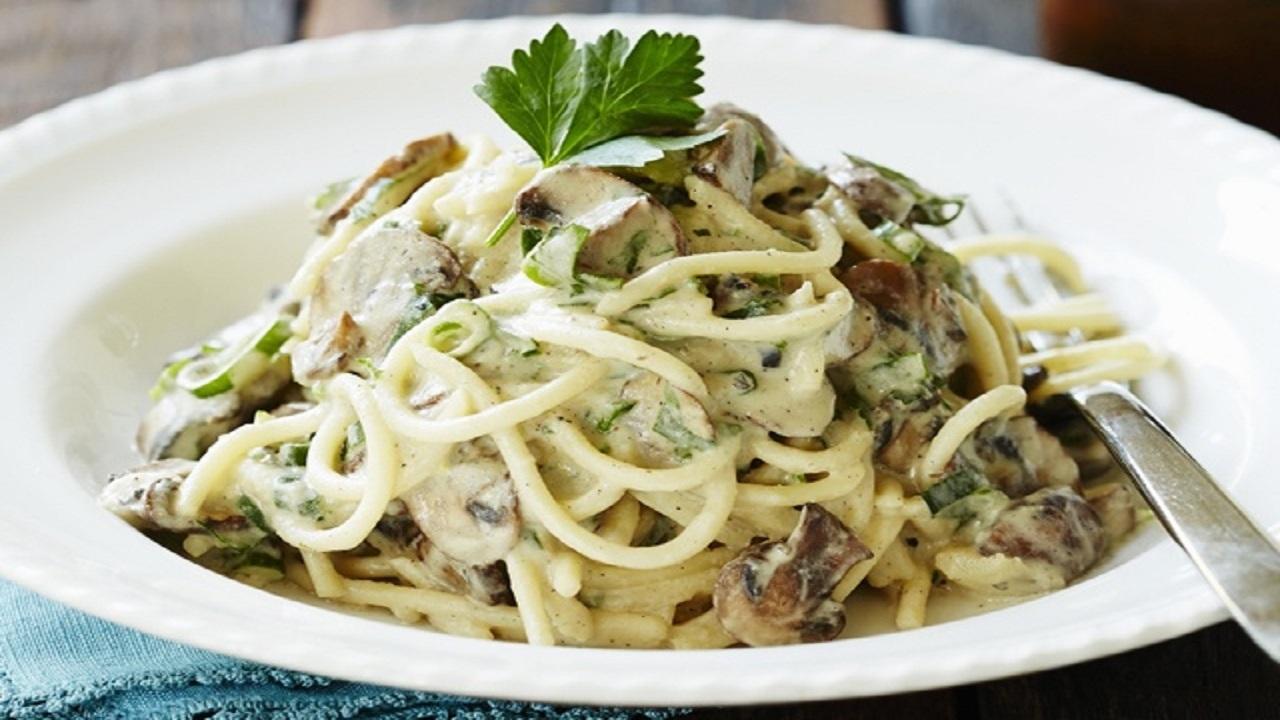 ۳ روش روش آماده کردن اسپاگتی اسفناج با مرغ و پنیر و قارچ؛ خوشمزه پر طرفدار