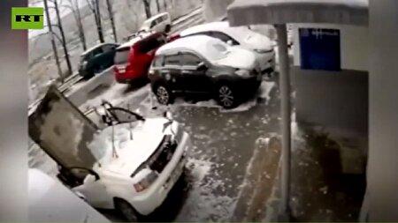 سقوط یک تخته سنگ غول پیکر روی ماشین + فیلم