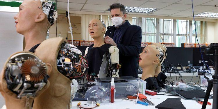 رباتی انسان نما که به کمک بیماران کرونایی آمد