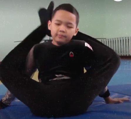حرکات عجیب نوجوان برای نشان دادن انعطاف بدنی خود+ فیلم و عکس