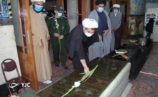 غبار روبی مزار شهدا در یزد