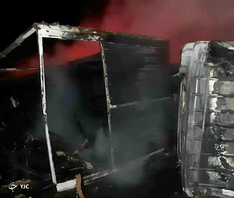 کامیونت حامل بار در محور سیرجان ـ تهران در آتش سوخت