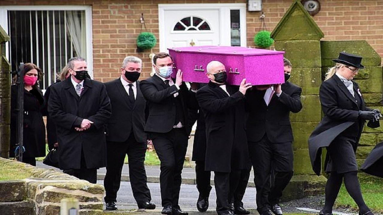باز شدن پای رنگ صورتی در تشیع جنازه دختر انگلیسی + تصاویر