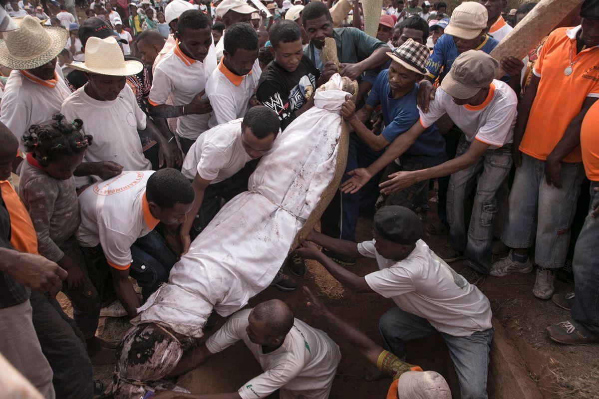 ۱۰ آیین تدفین عجیب در جهان