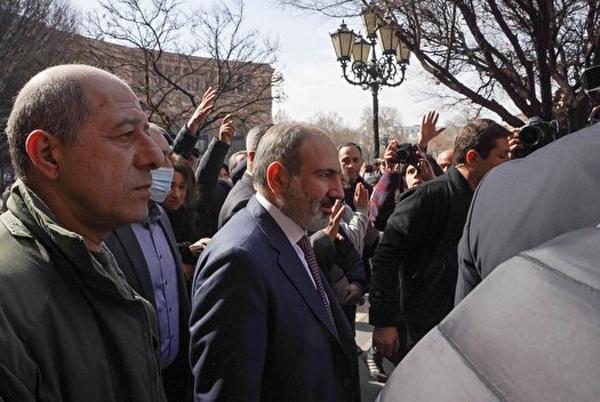 درخواست ارتش ارمنستان برای استعفای نخست وزیر/ پاشینیان شخصا در تظاهرات ایروان حضور یافت