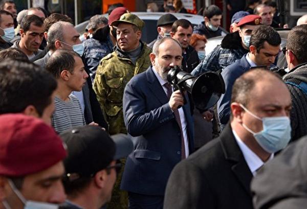 درخواست ارتش ارمنستان برای استعفای نخست وزیر/ پاشینیان شخصا در تظاهرات ایروان حضور یافت + تصاویر