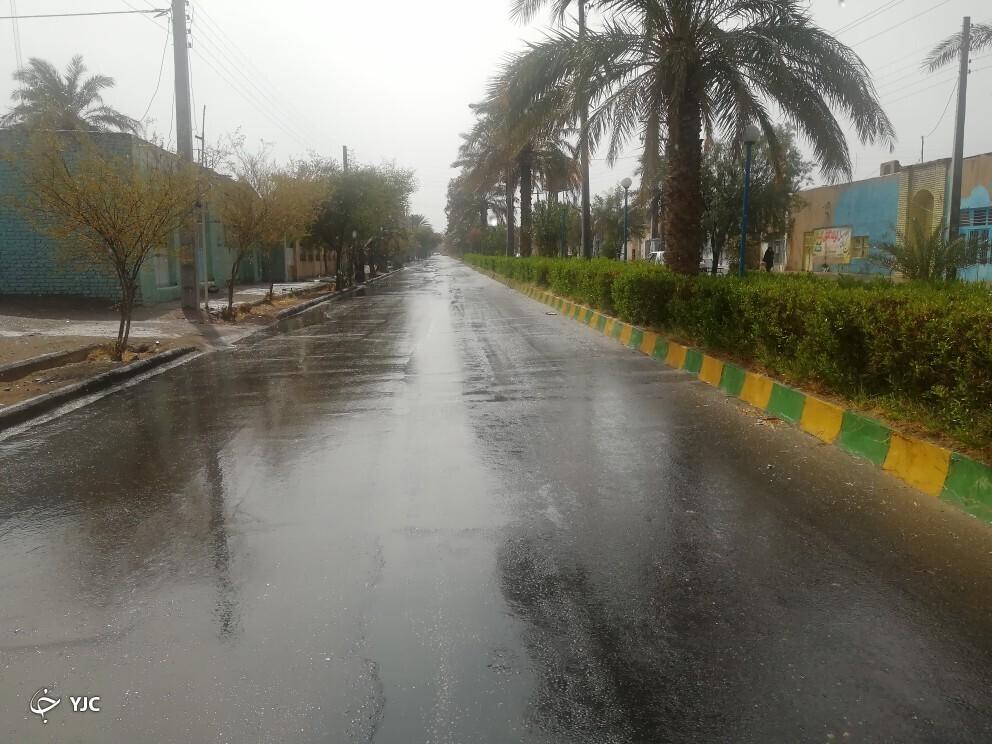 بارشِ باران مردم کویرنشین فهرج را شادمان کرد