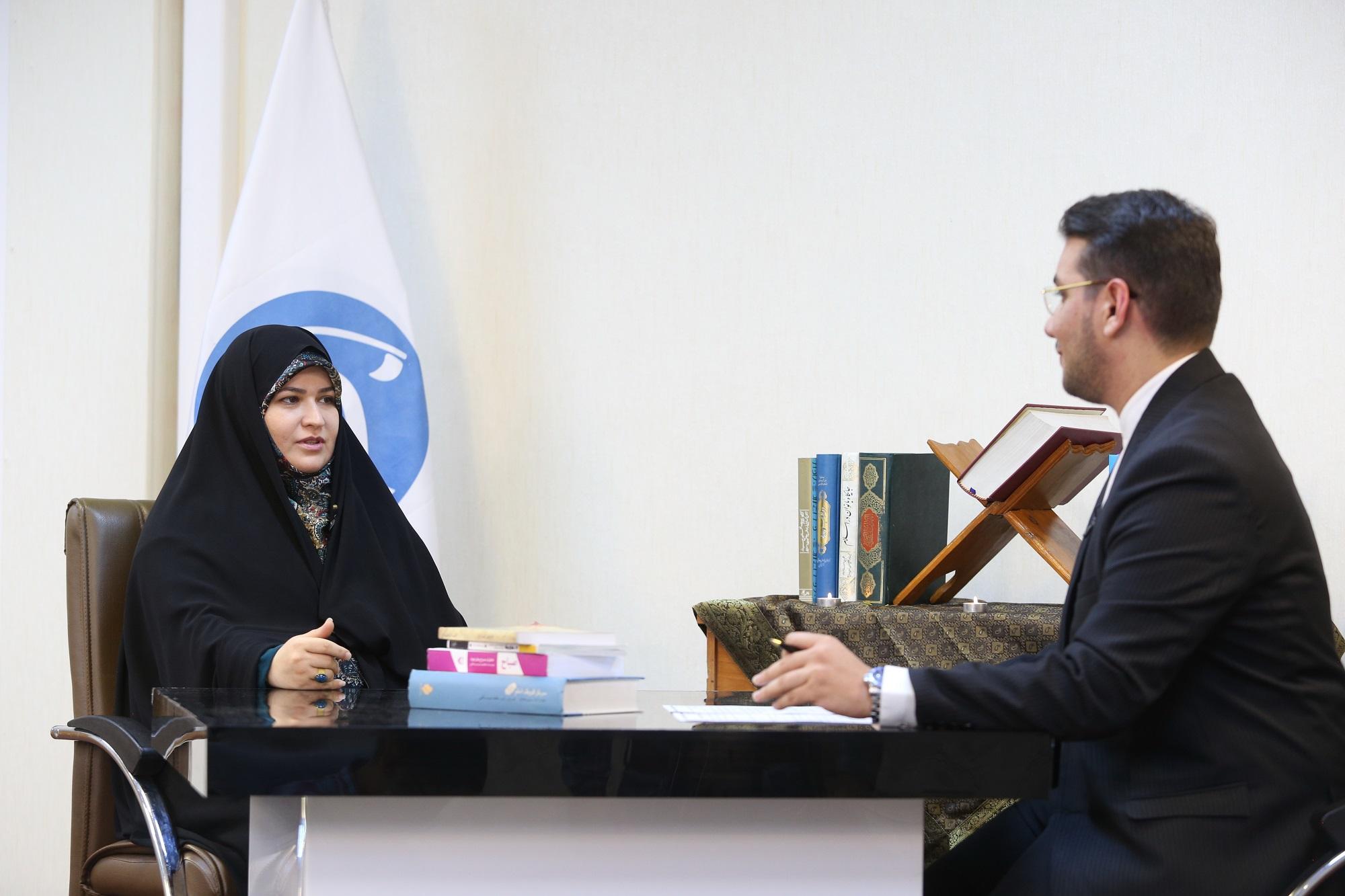 برنامه «عصر رمضان»/ جفایی که در حق زنان دفاع مقدس شد/ الهام گرفتن نویسنده «سرباز کوچک امام» از شهید آوینی