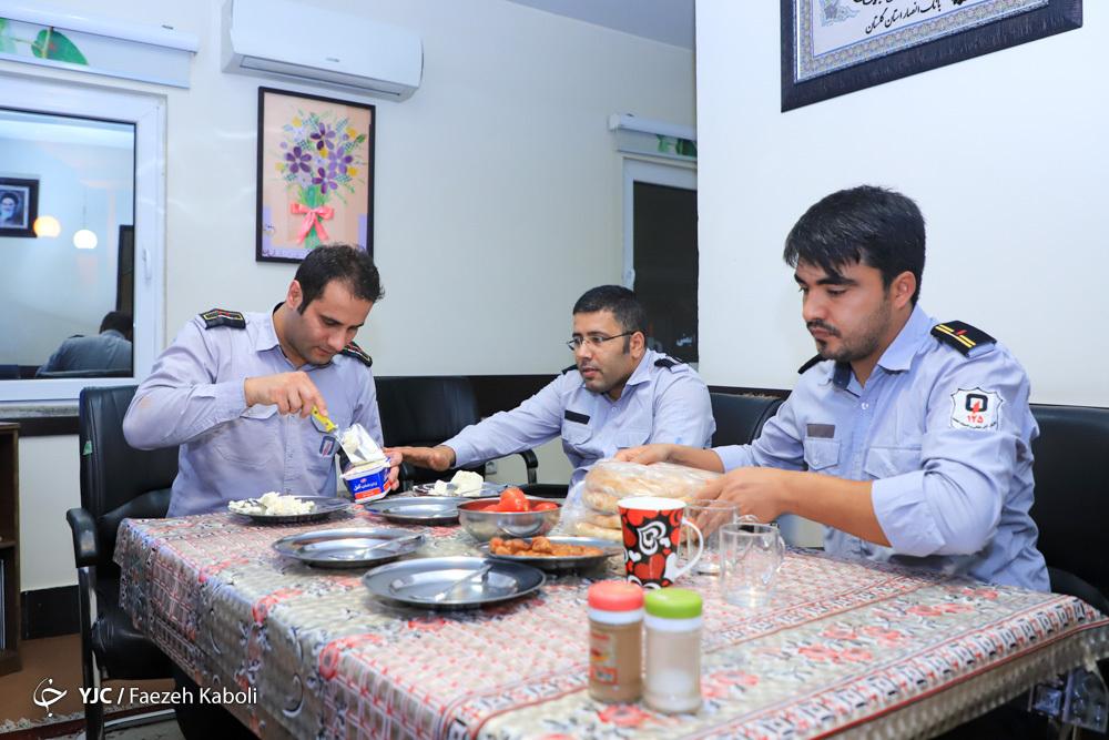 نیروهای ایستگاه 6 آتش نشانی گرگان در ماه مبارک رمضان مشغول خدمت رسانی می باشند