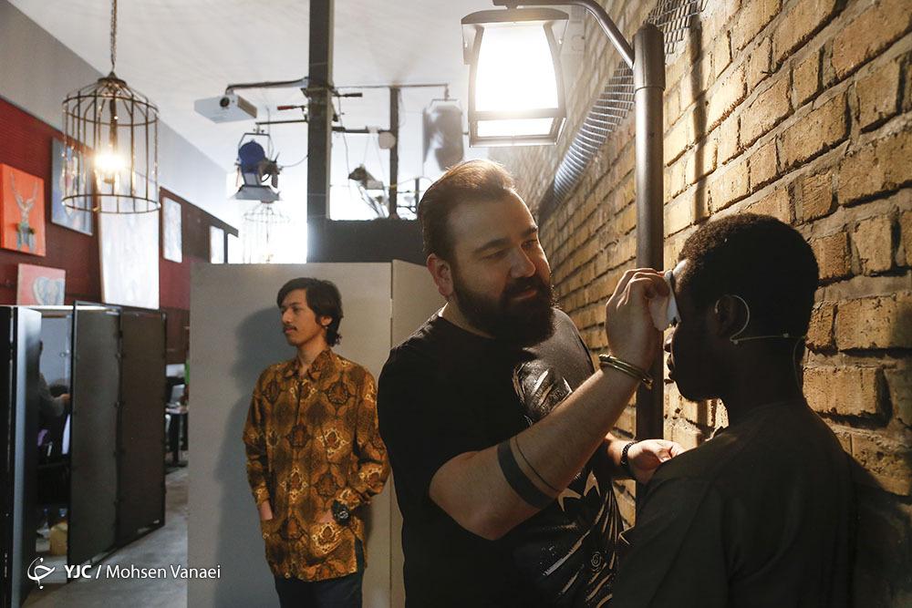 مجری شبکه دو عکس پشت صحنه عکس بازیگران در پشت صحنه برنامه مکث