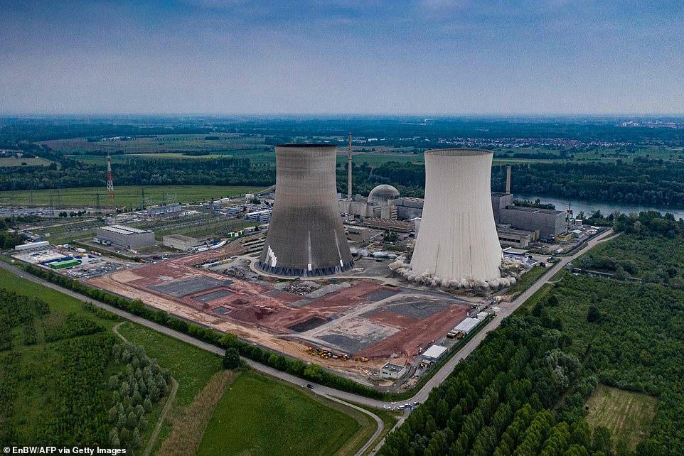 تخریب برجهای خنک کننده نیروگاه هستهای در آلمان+تصاویر